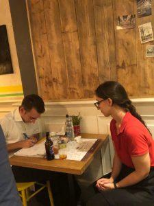 Alfonso con una collaboratrice di Mister Pizza durante un'indagine per la soddisfaione